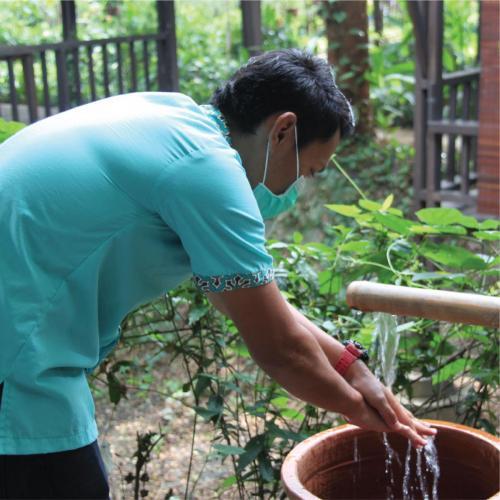 Mewajibkan karyawan menggunakan masker dan rutin mencuci tangan
